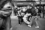 Une fois appréhendés, les jeunes sont ramenés derrière les lignes de police.
