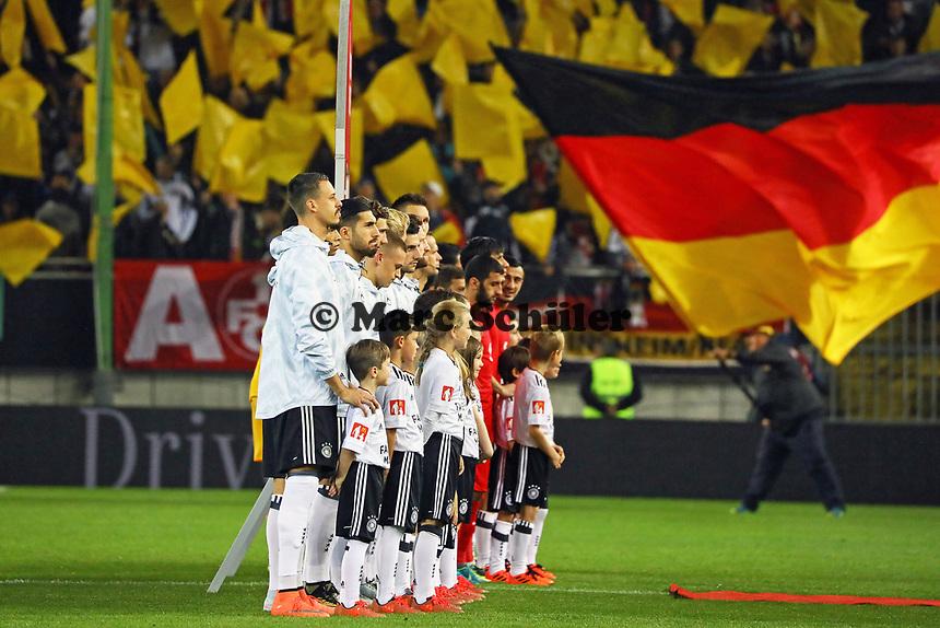 Mannschaft von Deutschland bei der Hymne - 08.10.2017: Deutschland vs. Asabaidschan, WM-Qualifikation Spiel 10, Betzenberg Kaiserslautern