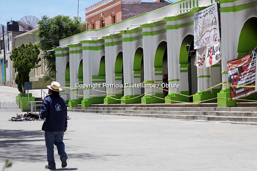 Oaxaca de Ju&aacute;rez, Oax. 06/07/2016.- Partiendo de la capital de Oaxaca en un convoy integrado por ocho veh&iacute;culos, vigilantes de la Comisi&oacute;n Nacional de Derechos Humanos (CNDH) se dirigieron al municipio de Asunci&oacute;n Nochixtl&aacute;n, con la intenci&oacute;n de continuar recabando evidencias que les permitan integrar un amplio informe de los hechos violentos suscitados en esta comunidad el pasado 19 de junio, fecha en la cual la polic&iacute;a y simpatizantes de la secci&oacute;n 22 de la Coordinadora Nacional de Trabajadores de Educaci&oacute;n (CNTE) se enfrentaran; teniendo como fatal resultado 8 muertos y un centenar de personas heridas.&nbsp;<br /> <br />  En la poblaci&oacute;n a una hora de la capital oaxaque&ntilde;a, se percibe miedo en el ambiente de Asunci&oacute;n Nochixtl&aacute;n seg&uacute;n expresan sus habitantes, ya que ante la falta de gobernabilidad hay mucha inseguridad en la zona, as&iacute; mismo el palacio de gobierno que fue blanco de vandalismo y tambi&eacute;n quemado, actualmente luce acordonado con cinta amarilla, en tanto, las escuelas de esta localidad est&aacute;n cerradas ante la ausencia de profesores en las aulas.<br /> <br /> <br /> Foto: Patricia Castellanos / Obture.