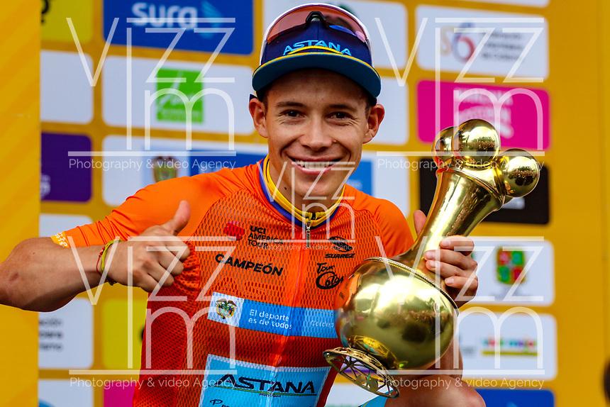 MEDELLIN - COLOMBIA, 17-02-2019:Miguel Angel López del equipo Astana  celebra levantando el trofeo en forma de Poporo al  quedar campeón del Tour Colombia 2.1 2019 durante la sexta etapa del Tour Colombia 2.1 2019 con un recorrido de 173.8 Km, que se corrió con salida en El Retiro  y llegada en Las Palmas, Antioquia. / Miguel Angel López of team Astana celebrates raising the trophy in the form of Poporo to be champion of the Tour Colombia 2.1 2019 during the sixth stage of 173.8 km of Tour Colombia 2.1 2019 that ran in El Retiro with start and arrival in Las Palmas, Antioquia.  Photo: VizzorImage / Anderson Bonilla / Cont