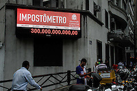 SAO PAULO, SP, 25.02.2014 - O impostometro marcou na tarde desta terça-feria (25), o valor 300 bilhões em impostos arrecadado. (FOTO: Amauri Nehn / Brazil Photo Press).