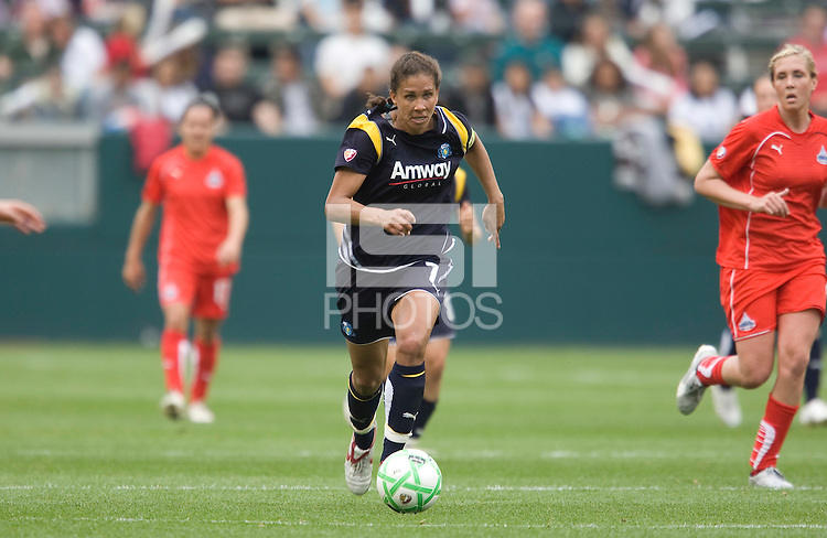 LA Sol's Shannon Boxx carries the ball against the Washington Freedom during the WPS season opening game at the Home Depot Center, Sunday, March 29, 2009. The LA Sol won 2-0.