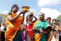 Nederland Den Helder  2016  06 26. Jaarlijkse tempelfeest bij de Hindoe tempel in Den Helder.. Vereniging Sri Varatharaja Selvavinayagar voltooide in 2003 het gebouw dat wordt gebruikt voor het bevorderen van kunst en cultuur. Een ander deel wordt gebruikt voor het praktiseren van religieuze waarden. Het hoogtepunt van de feestperiode is het voorttrekken van de wagen ( chithira theer of ratham ). Dit is een kleurrijke optocht, waarbij de godheid Ganesh in de wagen wordt voortgetrokken door gelovigen. Voor de tempel vinden rituelen plaats. Vrouwen dragen schalen met vlammen . Foto Berlinda van Dam /  Hollandse Hoogte