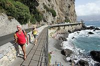 Uno scorcio della strada panoramica tra Portofino e Santa Margherita Ligure.<br /> Bathers make their way along the corniche road from Portofino to Santa Margherita Ligure, Liguria, Northern Italy.<br /> UPDATE IMAGES PRESS/Riccardo De Luca