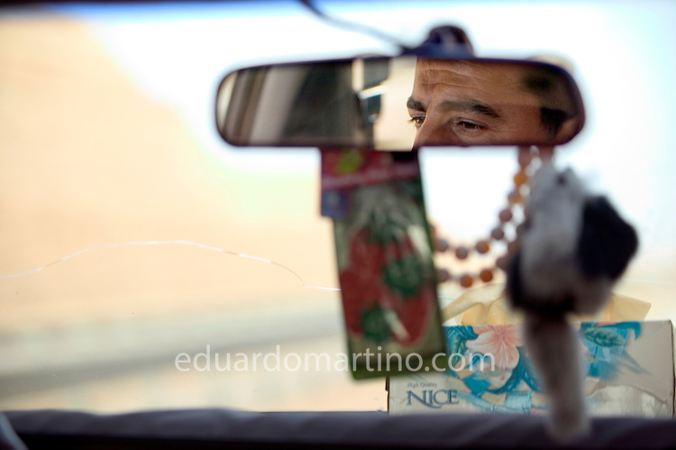 Inside a taxi, crossing the desert in West Iraq..28.02.04