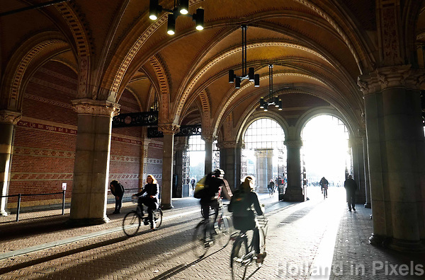 Nederland Amsterdam - december 2018. Fietsers en voetgangers onder het Rijksmuseum in Amsterdam. Foto Berlinda van Dam / Hollandse Hoogte