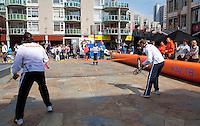 06-05-10, Zoetermeer, SilverDome, Tennis,  Davis Cup, Netherlands-Italy, Streettennis, De Bakker(R) and Sluiter playing with the kids