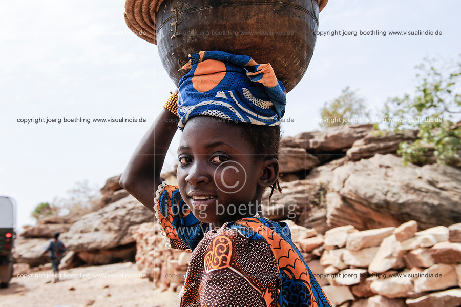 MALI,  Bandiagara, Dogonland, habitat of the ethnic group Dogon, girl carry calabass on the head
