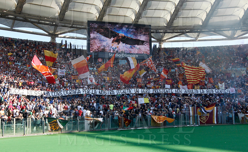 Calcio, Serie A: Lazio vs Roma. Roma, stadio Olimpico, 25 maggio 2015.<br /> Roma fans wait for the start of the Italian Serie A football match between Lazio and Roma at Rome's Olympic stadium, 25 May 2015.<br /> UPDATE IMAGES PRESS/Riccardo De Luca