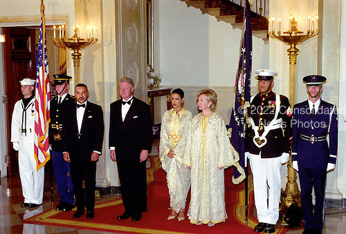 "Traditional ""Grand Staircase"" photo prior to the receiving line at the State Dinner in Honor of King Mohammed VI of Morocco in the Grand Foyer the White House in Washington, DC on June 20, 2000.  (L-R) King Mohammed VI of Morocco; U.S. President Bill Clinton; HRH Princess Lalla Meryem; and First Lady Hillary Rodham Clinton.<br /> Credit: Ron Sachs / Pool"