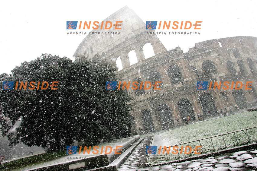 Roma 12/02/2010 Neve a Roma. Nevicata al Colosseo.<br /> Snow in Rome at Coloseum.<br /> Photo Samantha Zucchi Insidefoto