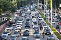 SÃO PAULO, SP, 29.05.2015 - TRÂNSITO-SP Trânsito na Av. 23 de Maio, próximo ao Parque do Ibirapuera, zona sul de São Paulo na tarde desta sexta feira. (Foto: Levi Bianco / Brazil Photo Press)