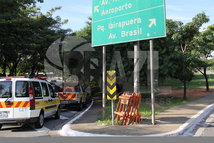 SÃO PAULO, SP, 10.02.2019 - ACIDENTE-SP - Carro pega fogo na pista local da avenida 23 de maio sentido aeroporto, na alça de acesso para avenida Rubens Berta não á noticias de vitimas, na manhã deste domingo,10. (Foto: Nelson Gariba/Brazil Photo Press)