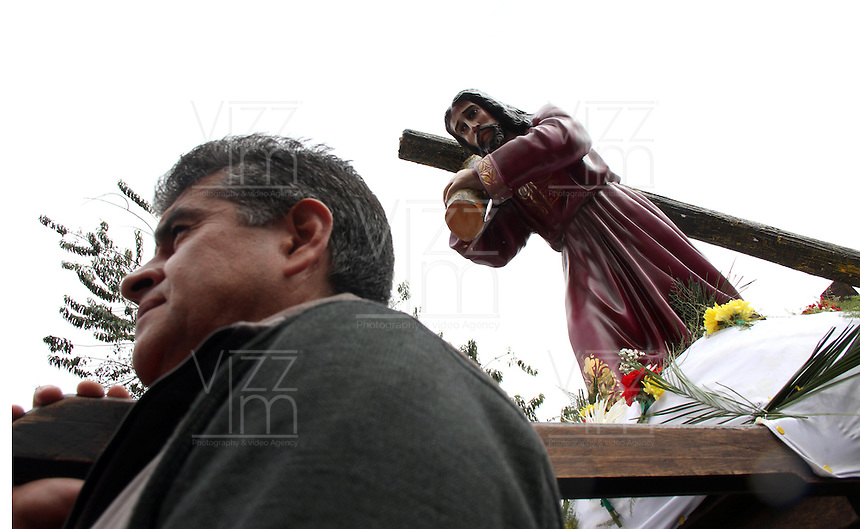 BOGOTA -COLOMBIA. 3-ABRIL-2015. Feligreses de la parroquia de los  barrios Versalles y Atahualpa en Fontibon  conmemoran  el  viernes santo. / Parishioners of Versailles and Atahualpa of Fontibon neighborhoods commemorate Good Friday.   Photo: VizzorImage/ Felipe Caicedo / Staff
