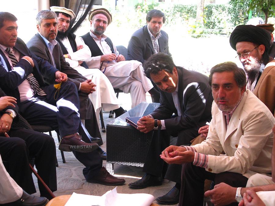 AFGHANISTAN - KABOUL - 25 aout 2009 : Residence du Dr. Abdullah Abdullah, candidat aux elections presidentielles afghanes de 2009. .Reunion de l'elite politique soutenant le Dr. Abdullah Abdullah afin d'elaborer une strategie contre les fraudes electorales. .Dr Abdullah Abdullah (premier a droite) et Ahmed Wali Massoud (troisieme a droite), le frere du Commandant Massoud, assistent a la reunion. ..AFGHANISTAN - KABUL - August 25th, 2009 : Home of Dr. Abdullah Abdullah, candidate in the 2009 Afghan presidential elections..Political elites supporting Dr. Abdullah Abdullah meet to develop a strategy to counter electoral fraud..Among those present are Dr. Abdullah Abdullah (far right) and Ahmed Wali Massoud (third from the right), Commander Massoud's brother.