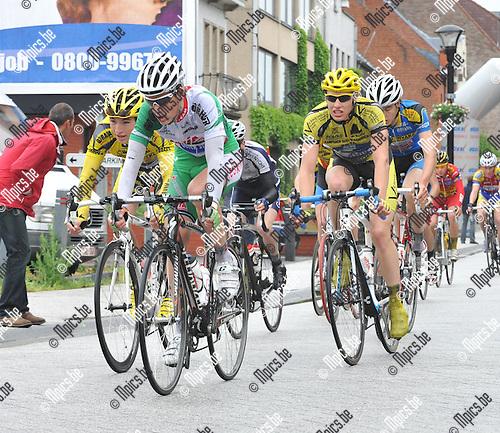 2010-05-30 / wielrennen / BK 2010 Geel / junioren / Jens Adams (m) neemt het peleton op sleeptouw. Links volgt Mike De Bie en rechts Ruben Geerinckx