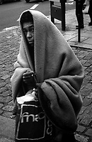 Paris (&icirc;le de france)<br /> <br /> Femme sans abris marchant avec une couverture sur elle.<br /> <br /> Homeless woman walking with a blanket over her.