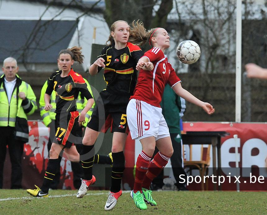 Denmark U17 - Belgium U17 : duel tussen Inne De Smet (links) en .Sarah Hansen.foto DAVID CATRY / Vrouwenteam.be