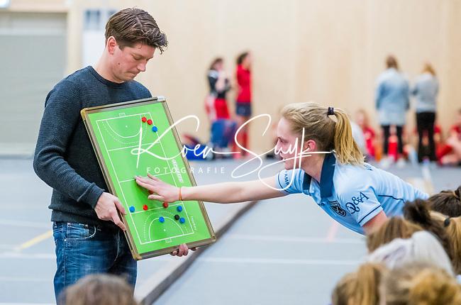 DELFT - coach Tijs Roozendaal (Laren) met Elin van Erk (Lar)  tijdens de zaalhockey competitiewedstrijd Laren-Nijmegen. COPYRIGHT KOEN SUYK
