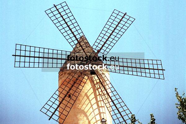 typical spanish windmill in Mallorca<br /> <br /> típico molino de viento español en Mallorca<br /> <br /> typisch spanische Windmühle auf Mallorca<br /> <br /> 1800 x 1200 px<br /> Original: 35 mm