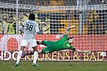 Nederland, Venlo, 9 december  2012.Eredivisie.Seizoen 2012/2013.VVV-VItesse 3-1.Piet Velthuizen, doelman (keeper)  van Vitesse kan niet bij de bal 2-1 voor VVV door Bryan Linssen van VVV Venlo