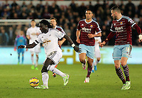Pictured: Bafetimbi Gomis of Swansea (L) against Carl Jenkinson of West Ham (R) Saturday 10 January 2015<br />