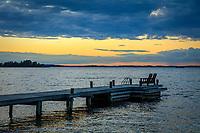 Brygga med stolar vid Torö vid havet