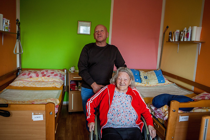 Die deutsche Rentnerin Olga Merkel mit ihrem Sohn Rudolf Merkel in ihrem Zimmer im Pflegeheim in Pilsen, Tschechische Republik. / German elderly live in Czech care home in Pilsen