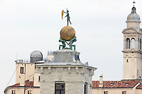 La statua della Fortuna sul tetto della Dogana da Mar a Venezia.<br /> The Fortune statue on the roof of the Dogana da Mar, in Venice. <br /> UPDATE IMAGES PRESS/Riccardo De Luca