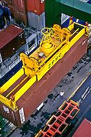 Transporte de container no porto de Santos, São Paulo. 2001. Foto de Ricardo Azoury.