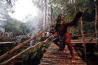 MEX25. XCARET (MÉXICO), 01/11/2011.- Un bailarín participa hoy, martes 1 de noviembre de 2011, en la presentación del Ballet Folclórico Nacional de México Aztlán, en el marco del Sexto Festival de Tradiciones de Vida y Muerte que se celebra en el parque ecológico Xcaret, en el Caribe mexicano, como parte de la celebración del Día de Muertos. EFE/Elizabeth Ruiz
