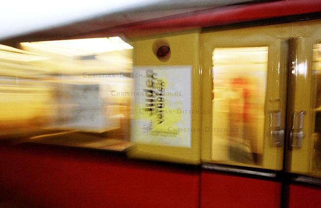 Anlaesslich des bundesdeutschen Holocaustgedenktages, dem 27. Januar - 1945 wurde an diesem Datum das KZ Auschwitz befreit, fuhr ein zur Ausstellung umgestalteter S-Bahnwaggon der Berliner S-Bahn durch die Stadt. Die Ausstellung wurde vom Verein Miphgasch/Begegnung e.V. erstellt. Die Jugendlichen Vereinsmitglieder beschaeftigen sich seit einigen Jahren mit den Lebensbedingungen der Juden im Nationalsozialismus.<br /> Berlin, 27.1.2000<br /> Copyright: Christian-Ditsch.de<br /> [Inhaltsveraendernde Manipulation des Fotos nur nach ausdruecklicher Genehmigung des Fotografen. Vereinbarungen ueber Abtretung von Persoenlichkeitsrechten/Model Release der abgebildeten Person/Personen liegen nicht vor. NO MODEL RELEASE! Nur fuer Redaktionelle Zwecke. Don't publish without copyright Christian-Ditsch.de, Veroeffentlichung nur mit Fotografennennung, sowie gegen Honorar, MwSt. und Beleg. Konto: I N G - D i B a, IBAN DE58500105175400192269, BIC INGDDEFFXXX, Kontakt: post@christian-ditsch.de<br /> Bei der Bearbeitung der Dateiinformationen darf die Urheberkennzeichnung in den EXIF- und  IPTC-Daten nicht entfernt werden, diese sind in digitalen Medien nach &sect;95c UrhG rechtlich gesch&uuml;tzt. Der Urhebervermerk wird gemaess &sect;13 UrhG verlangt.]