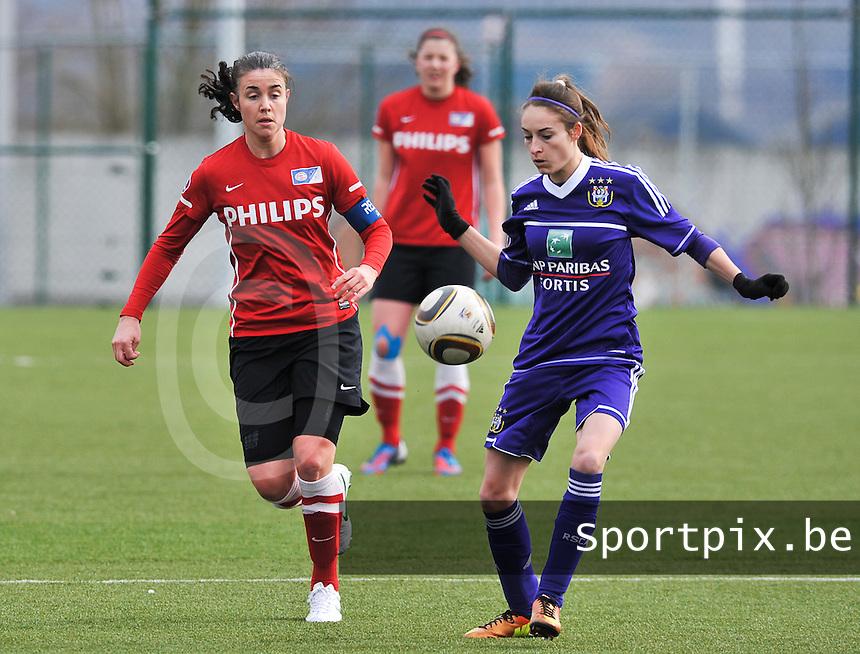 RSC Anderlecht Dames - PSV / FC Eindhoven : Tessa Wullaert aan de bal voor Manon Van Den Boogaard.foto David Catry / Vrouwenteam.be
