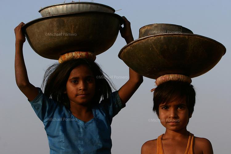 05.11.2008Pushkar(Rajasthan)<br /> <br /> Children carrying droppings of camels to make fire in the camel camp.<br /> <br /> Enfants transportant des crottes de chameaux pour faire du feu sur le camp.