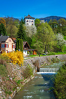 Oesterreich, Tirol, Unterinntal, Brixlegg: Eingang des Alpbachtals mit Schloss Lanegg | Austria, Tyrol, Brixlegg: at river Alpbach with castle Lanegg
