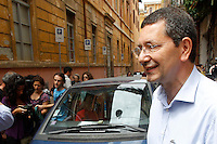 Il candidato sindaco di Roma per il centrosinistra Ignazio Marino lascia il seggio elettorale dopo aver votato per il ballottaggio delle elezioni comunali, a Roma, 9 giugno 2013.<br /> Italian center-left candidate Rome mayor Ignazio Marino leaves after voting for the second ballot of the local elections, in Rome, 9 June 2013.<br /> UPDATE IMAGES PRESS/Riccardo De Luca