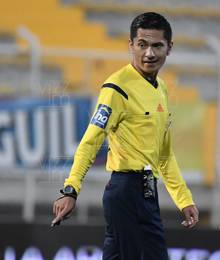 BOGOTÁ -COLOMBIA, 03-09-2016. Mario Herrera, arbitro, durante partido entre Independiente Santa Fe y La Equidad por la fecha 7 de la Liga Aguila II 2016 jugado en el estadio Metropolitano de Techo de la ciudad de Bogota. / Mario Herrera, referee, during match between Independiente Santa Fe and La Equidad for the date 7 of the Liga Aguila II 2016 played at the Metropolitano de Techo Stadium in Bogota city. Photo: VizzorImage/ Gabriel Aponte / Staff