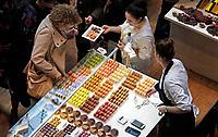 Nederland Amsterdam - 2019. Chocoa Festival in de Beurs van Berlage. Tijdens het Chocoa Festival leer je onder andere over het proces van cacaoboon naar chocoladereep en proef je de enorme verscheidenheid aan smaken van goede cacao en betere chocolade.  Foto mag niet in negatieve context gepubliceerd worden. Foto Berlinda van Dam / Hollandse Hoogte