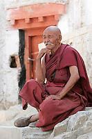 Un vieux moine du monastère gelukpa de Likir qui a été fondé au XIIe siècle. Le moine supérieur de ce monastère est un jeune frère du Dalaï-lama. Ladakh Himalaya Inde. Photo : Vibert / Actionreporter.com