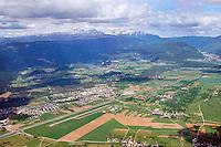 Flugpatz Lesce Bled : SLOWENIEN , 10.05.2015 Flugpatz Lesce Bled im Tal der Sava, Bildmitte die Triglav Gruppe und rechts die Karavanken,