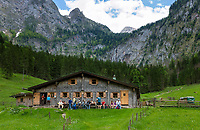 Deutschland, Bayern, Oberbayern, Berchtesgadener Land, die Fischunkelalm am Obersee im Nationalpark Berchtesgaden, im Hintergrund der Roethbachfall | Germany, Upper Bavaria, Berchtesgadener Land, alpine pasture hut Fischunkelalm at Upper Lake in Berchtesgaden National Park, at background Roethbach Waterfall