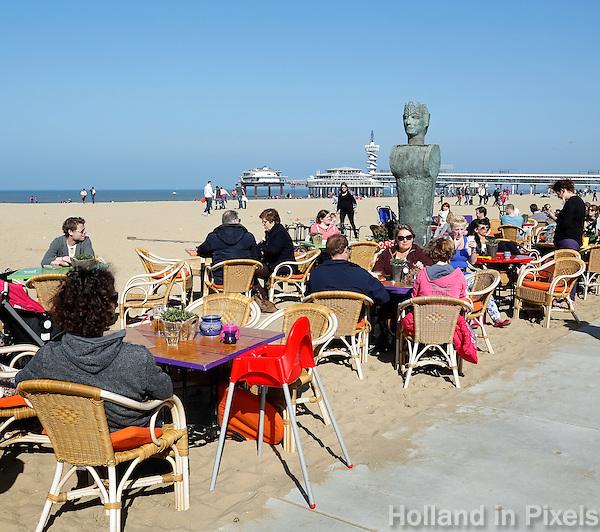 Mensen bij een strandtent in Scheveningen