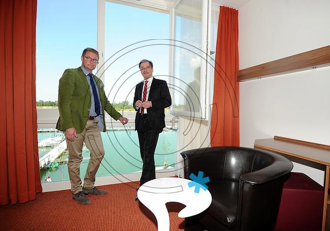 Er&ouml;ffnung des Hotel Casa Marina am St&ouml;rmthaler See im Ressort Lagovida mit dem s&auml;chsischen Minister f&uuml;r Wirtschaft und Verkehr Sven Morlok (FDP) - im Bild: der Gesch&auml;ftsf&uuml;hrer Ren&eacute; Stolle f&uuml;hrt den Minister durch die Zimmer mit Seeblick.   Foto: aif / Norman Rembarz<br /> <br /> Jegliche kommerzielle wie redaktionelle Nutzung ist honorar- und mehrwertsteuerpflichtig! Pers&ouml;nlichkeitsrechte sind zu wahren. Es wird keine Haftung &uuml;bernommen bei Verletzung von Rechten Dritter. Autoren-Nennung gem. &sect;13 UrhGes. wird verlangt. Weitergabe an Dritte nur nach  vorheriger Absprache. Online-Nutzung ist separat kostenpflichtig.