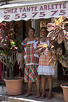 "France/DOM/Martinique/Grand-Rivière : Arlette et sa fille Karine   devant  son  Restaurant ""Chez Tante Arlette"" [Non destiné à un usage publicitaire - Not intended for an advertising use]"