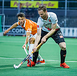 AMSTELVEEN - Mirco Pruyser (Adam) met Glenn Schuurman (Bldaal)  tijdens de play-offs hoofdklasse  heren , Amsterdam-Bloemendaal (0-2).    COPYRIGHT KOEN SUYK