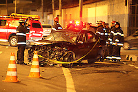 FOTO EMBARGADA PARA VEICULOS INTERNACIONAIS. SAO PAULO, SP, 21-10-2012, 1CIDENTE FATAL MARG. TIETE. Na madrugada desse Domingo (21) um veiculo em alta velocidade perdeu a direcao e bateu contra uma mureta na Marginal Tiete sentido Penha, proximo a ADPM. Com o impacto o veiculo chegou a capotar, dos oito ocupantes, cinco ficaram feridos e uma faleceu no local, devido ter sido lancada do veiculo. Luiz Guarnieri/ Brazil Photo Press.