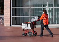 TNT postbezorgster  met karretje vol post