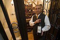 Asie/Israël/Judée/Jérusalem: Hotel American Colony sommelier dans la cave présentant une bouteille de vin d'Israel château Castel de Ramat Raziel [Non destiné à un usage publicitaire - Not intended for an advertising use]