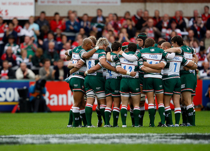 Photo: Richard Lane/Richard Lane Photography. Gloucester Rugby v Leicester Tigers. Guinness Premiership. 07/09/2008. Tigers huddle.