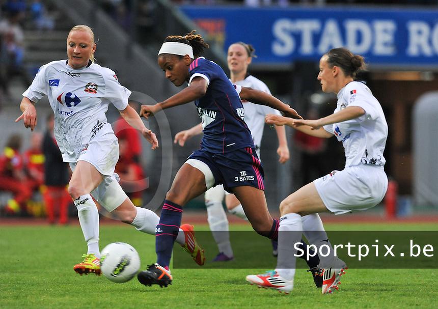 Football Club Feminin Juvisy Essonne - Olympique Lyon :.Elodie Thomis aan de bal tussen Gaetane Thiney (rechts) en Gwenaelle Butel (achter) en Nelly Guilbert.foto DAVID CATRY / JOKE VUYLSTEKE / Vrouwenteam.be